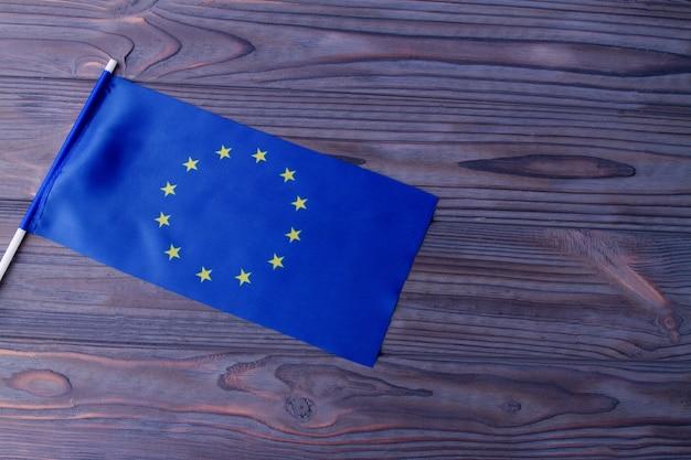 회색 나무 책상 배경에 파란색 유럽 연합 깃발