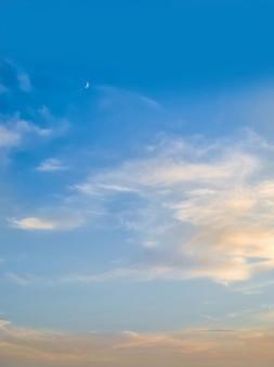 小さな三日月と夕方の青い空