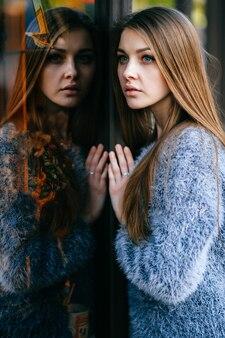 Голубоглазый удивительный портрет отражения собственной личности молодой женщины.