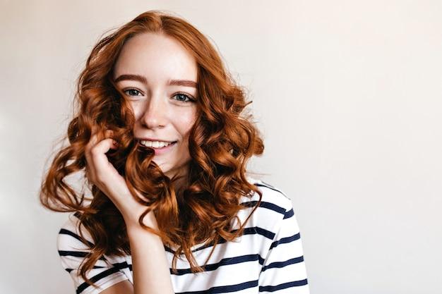 파란 눈 생강 소녀 행복 한 미소로 포즈. 고립 된 놀라운 red-haired 아가씨의 실내 샷입니다.