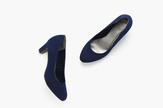 Синие туфли из искусственной кожи на белом
