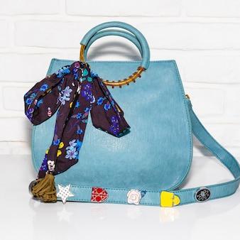 スカーフと青い女性のバッグ