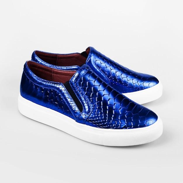 Синие женские туфли на белом