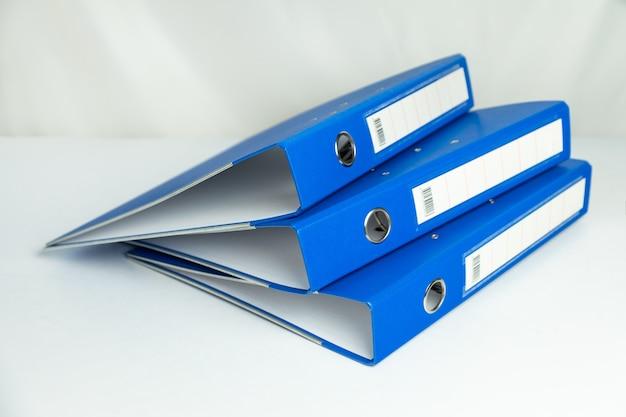 Папка с синими файлами, изолированные на белом фоне