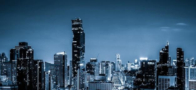 Городской пейзаж с голубым фильтром и высотные здания в центре мегаполиса
