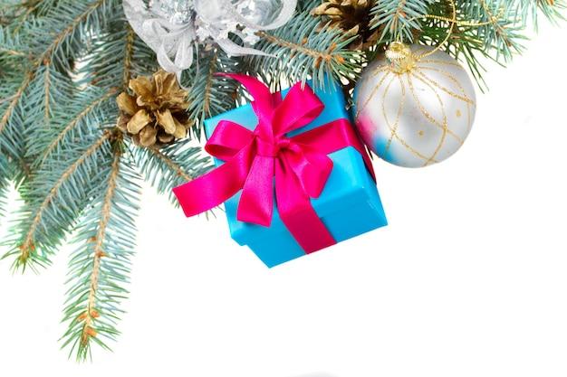 ギフトボックスと白い背景で隔離のクリスマスの装飾と青いモミの木