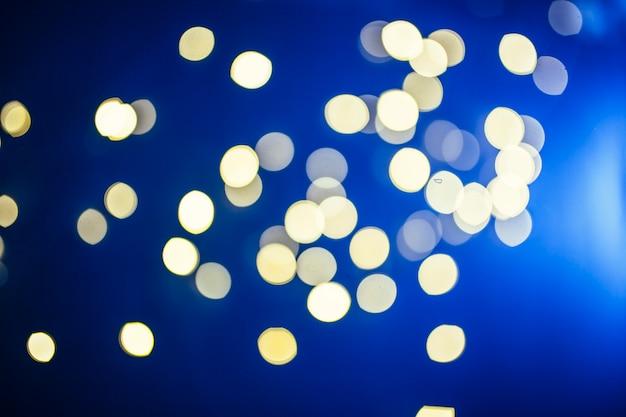 光の斑点の近くの青色のフラッシュ