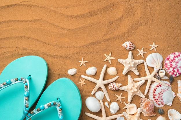블루 flipflops 및 불가사리와 모래에 조개. 복사 공간이있는 상위 뷰.