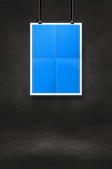 클립으로 검은 벽에 걸려 블루 접힌 된 포스터. 빈 모형 템플릿