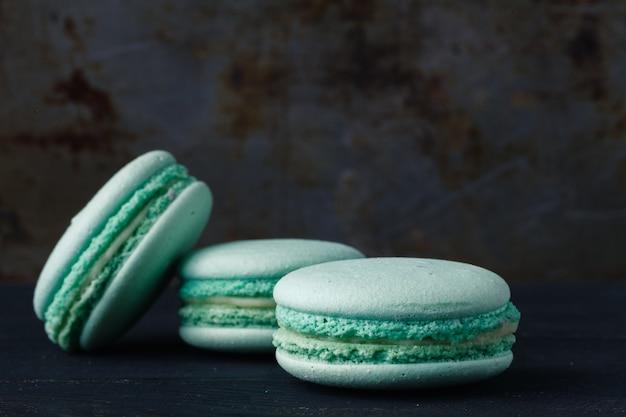 Синие французские миндальное печенье на деревенском фоне