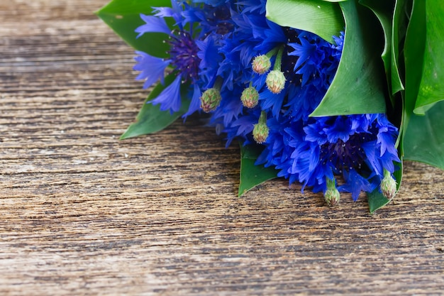 나무 테이블에 블루 신선한 cornflowers