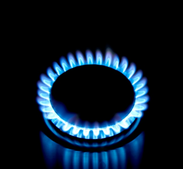 Голубая газовая плита в темноте