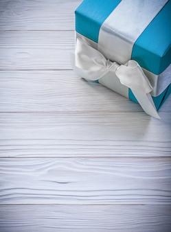 Синяя подарочная коробка на деревянной доске