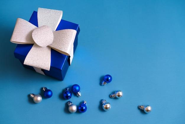 블루 테이블, 복사 공간에 크리스마스 볼 블루 선물 상자