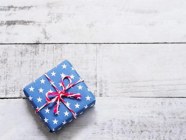 Синяя подарочная коробка со звездным узором