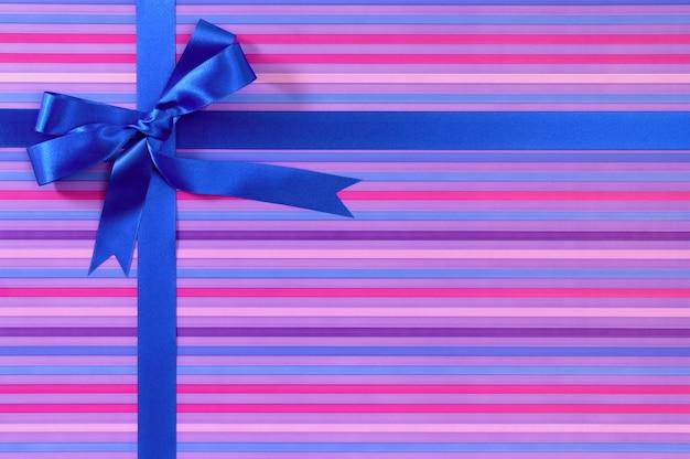 Синий подарок лента с полосатыми