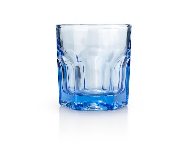 Синее стекло на изолированном белом фоне