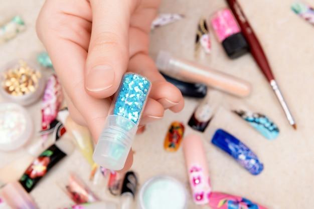 Синий блеск в бутылке для дизайна ногтей.