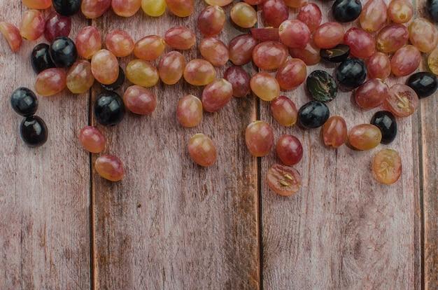 Синий виноград с зелеными листьями здорового питания