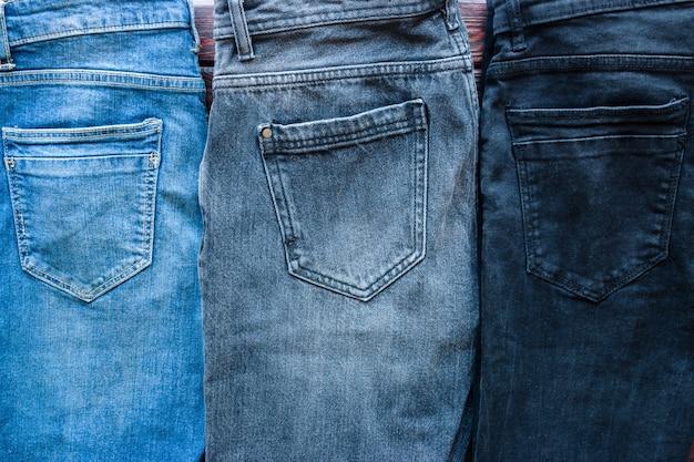 Синие, серые и черные джинсы крупным планом