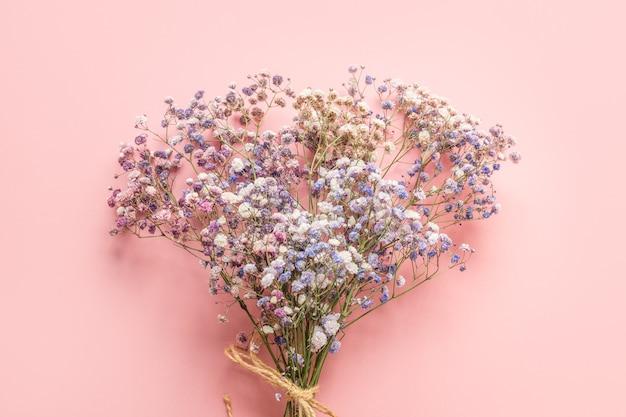 ピンクの背景に青いカスミソウ。花柄。