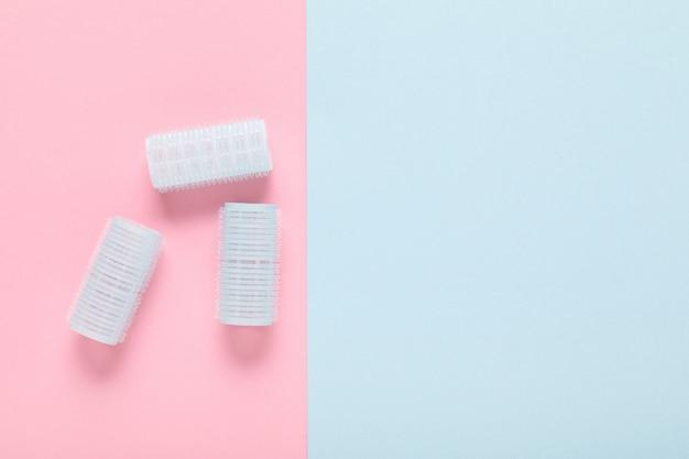 파스텔 블루와 핑크색 종이에 파란 머리카락 curlers