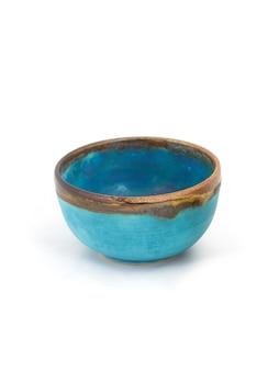 Синяя керамическая миска ручной работы, изолированные на белом фоне