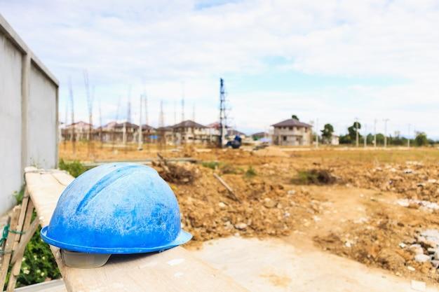 家を建てる建設現場に青いヘルメット