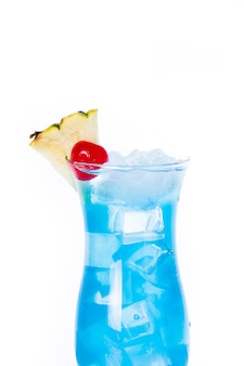 Синий гавайский коктейль на белом фоне