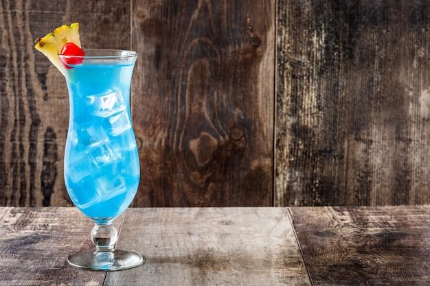 Синий гавайский коктейль на деревянном столе с копией пространства