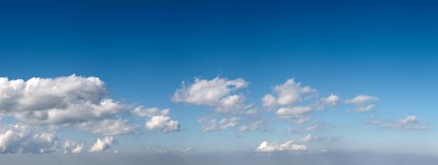 Голубое небо высоты над горами с некоторыми облаками. шесть кадров сшивают изображение.