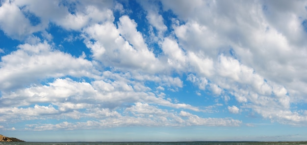Голубое небо высоты над поверхностью моря с облаками. изображение сшивается четырьмя кадрами.