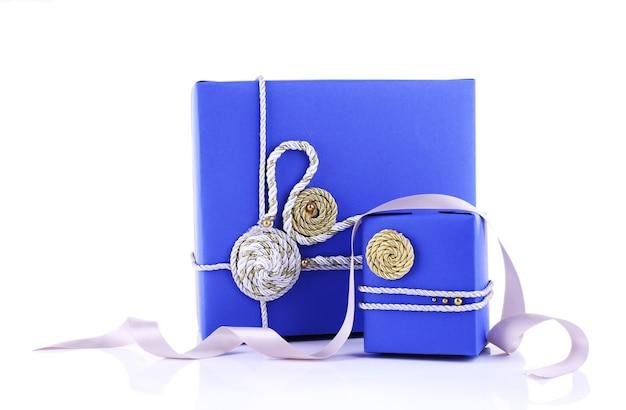 白で隔離の青いホリデーギフトボックス