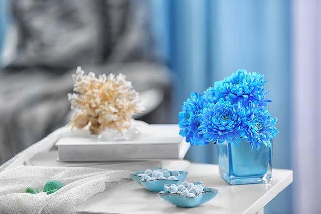 部屋のベッドサイドテーブルの青い家の装飾