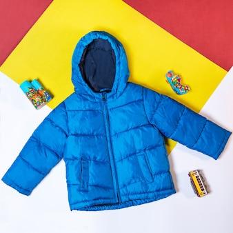 Синяя куртка с капюшоном изолировала вид сверху