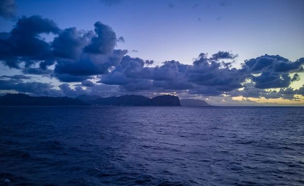 シチリア島の海の上の地平線上のブルーアワー