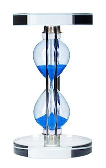 Синие песочные часы, изолированные на белом фоне крупным планом вид спереди