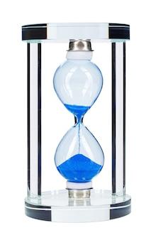 Синие песочные часы, изолированные на белом фоне крупным планом