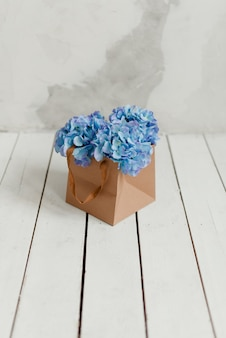 ギフトボックスに入った青いアジサイ。ギフトとしての造花。箱の中の装飾的な花。