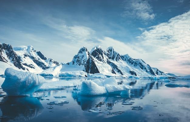 Голубой лед покрыл горы в южном полярном океане, зимний антарктический пейзаж, отражение гор в