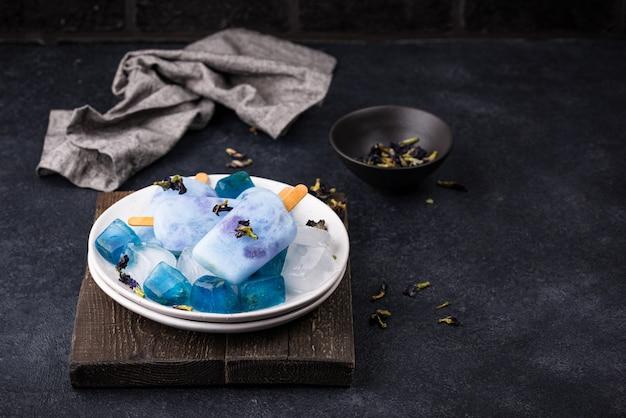 バタフライエンドウからのブルーアイスクリームアイスキャンディー