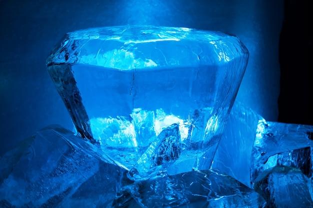 青い氷の結晶。冬の背景の抽象的なテクスチャ