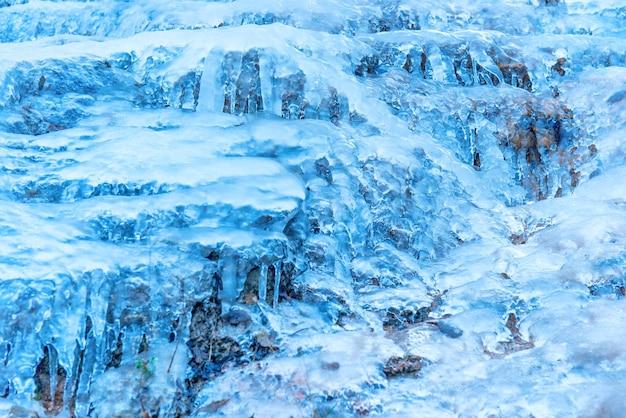岩の上の青い氷のテクスチャ。抽象的な冬の背景