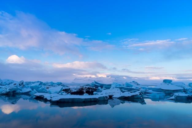 아이슬란드 요쿨살론 빙하 석호의 푸른 빙산