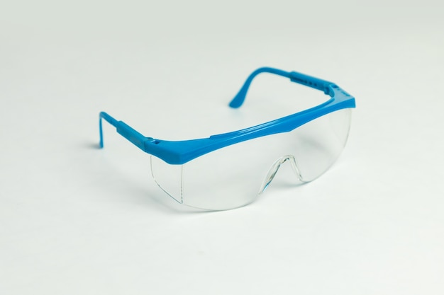 Синие промышленные защитные очки, изолированные на белом фоне