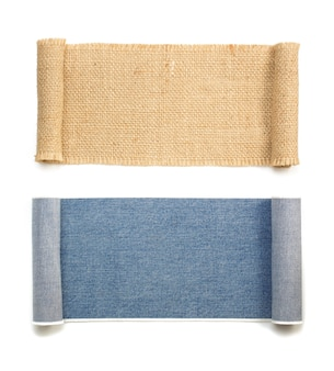 ブルージーンズと黄麻布の袋ロールは白で隔離