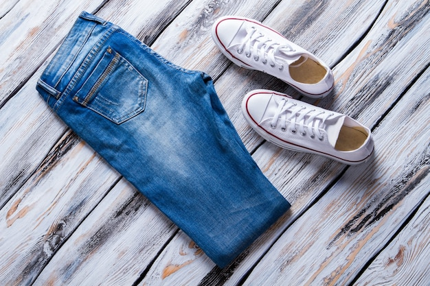 청바지와 캔버스 신발 접힌 바지와 캐주얼 신발 봄 카탈로그 할인 신상품...