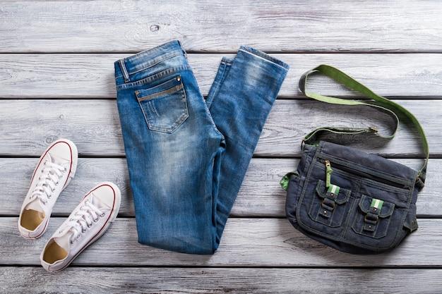청바지와 흰색 신발 클래식 고무 신발과 가방 새로운 청바지 가게 특별 할인 ...