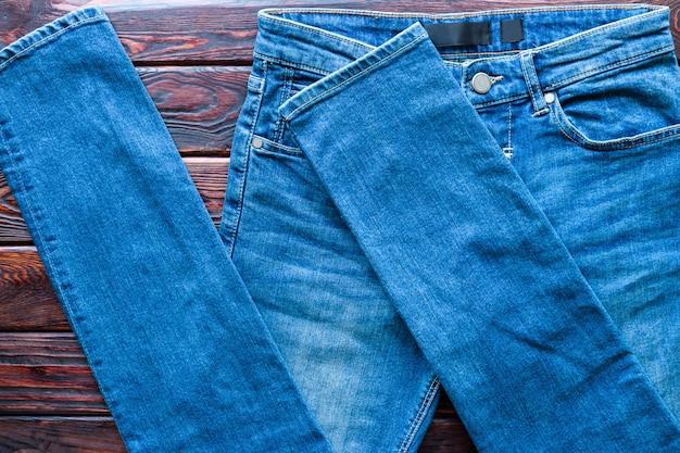 Синие джинсы крупным планом на деревянном фоне