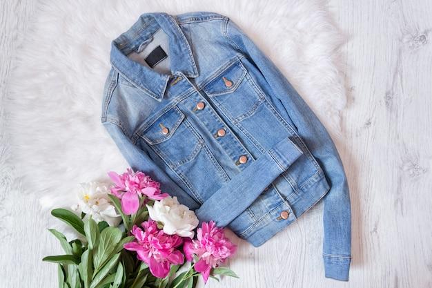 Синяя джинсовая куртка и букет пионов.